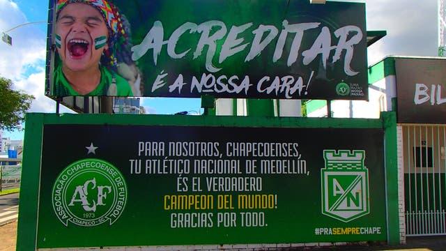 En Chapecoense, un cartel agradece a Atlético Nacional de Medellín, en el primer aniversario de la tragedia