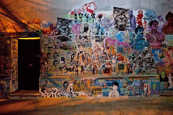Escondido detrás de un muro con stencils está uno de los restaurantes más exclusivos de la ciudad. Foto: Matías Aimar