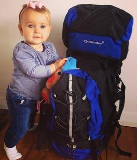La mochila que llevan de viaje como único equipaje para los tres
