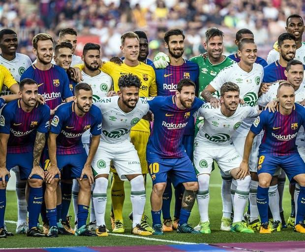 Todos juntos, por el futuro, más allá del dolor; y Messi, en el centro de todas las miradas