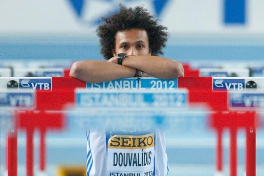 El atleta griego, Konstadinos Duvalidis, tras fallar una salida en los 60m con vallas. Foto: AFP / AP, Reuters y EFE