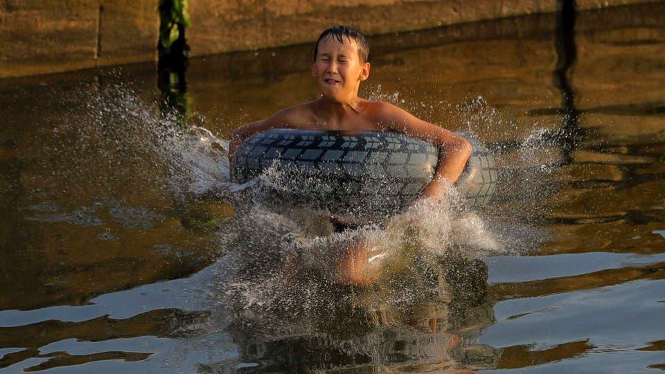El agua es el único lugar posible para soportar el calor. Foto: AP
