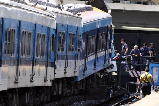 Un tren de la línea Sarmiento no logró frenar al llegar a la estación y chocó contra el andén. Foto: EFE