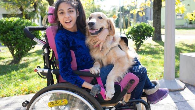 Yael Mercado, con su perra Penélope