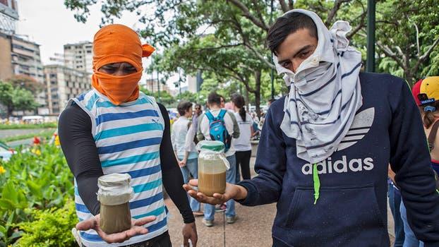 """Los jóvenes, a quienes se les llama """"escuderos de la libertad"""", se enfrentan con fuerza a las tropas militares y de la Policía Nacional Bolivariana. Foto: Vladimir Marcano"""