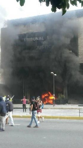 Encapuchados incendiaron un edificio del Tribunal Supremo de Justicia, en Caracas, Venezuela