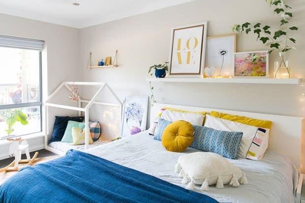 Para sumar a los chicos, un rincón con una pequeña cama-casita estilo Montessori.  /Gentileza Hayley Kessner