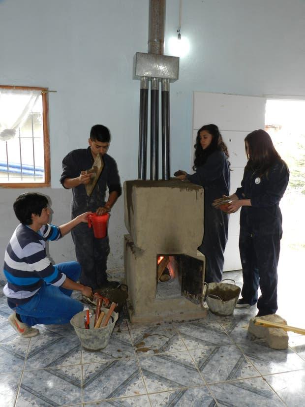 Bariloche: mejoran las casas de sus vecinos