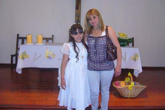 Junto a su mamá en la iglesia. Foto: Facebook