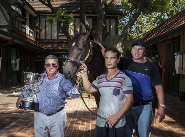 Gaitán Dassie, con la copa, y dos de sus colaboradores, Ramón Padilla y Gabriel Sinico; los orfebres del campeón Sixties Song