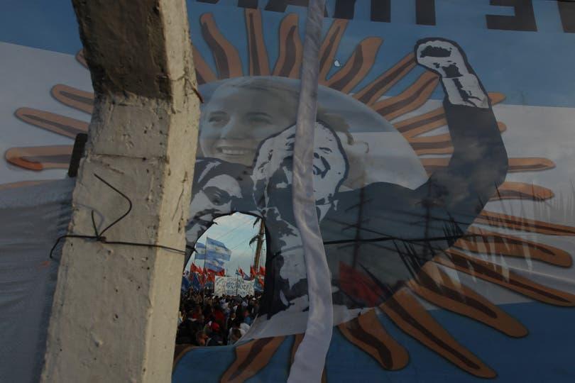 Una bandera argentina espera a la Fragata. Foto: LA NACION / Guadalupe Aizaga