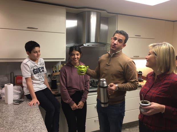 Tombolini junto a una de sus hijas, Camila, su mujer María y su hijo Segundo