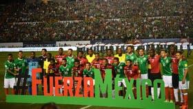 Los jugadores de ambos equipos antes del partido