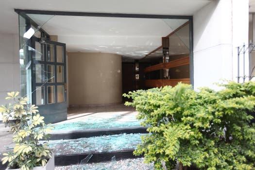 Vidrios rotos, parte de los daños causados por la explosión en los edificios de la zona. Foto: LA NACION / Ezequiel Muñoz