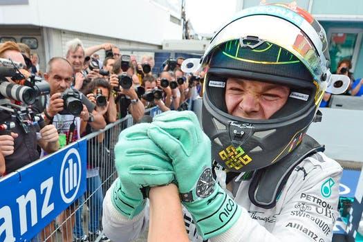 El piloto alemán de Mercedes ganó en su país y amplió la diferencia en el campeonato de F1. Foto: AP