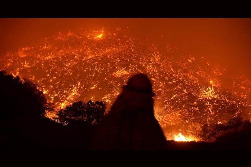 Los bomberos trabajaron sin descanso para combatir el incendio. Foto: Reuters