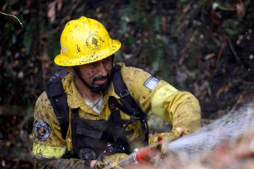 Los bomberos y brigadistas trabajaron incansablemente para apagar el fuego. Foto: LA NACION / Emiliano Lasalvia