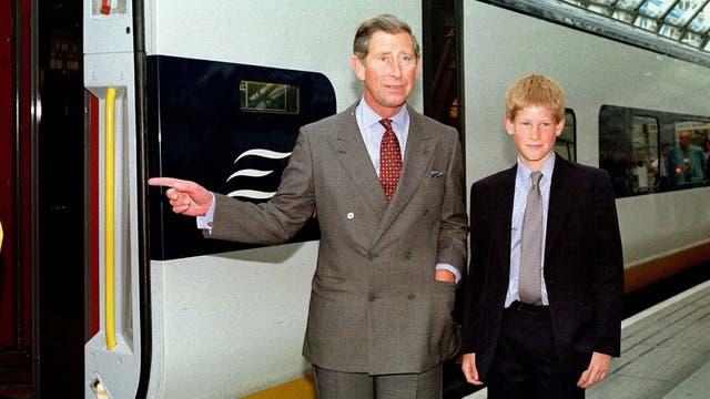 Junto a su hijo Harry a punto de abordar el tren Eurostar rumbo a Lille, en junio de 1998