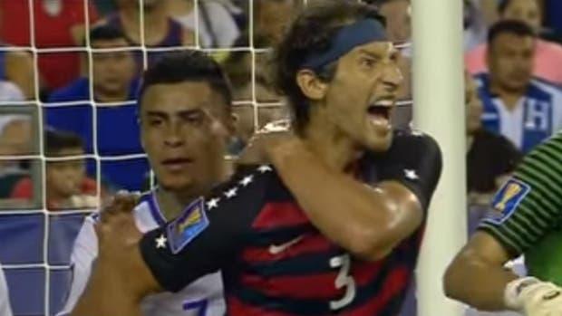 Salvadoreños Romero y Cerén suspendidos por morder en Copa Oro