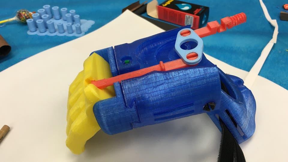 Una prótesis típica para los chicos; tiene un costo muy bajo, por lo que permite ser reemplazada a medida que el chico va creciendo. Foto: LA NACION