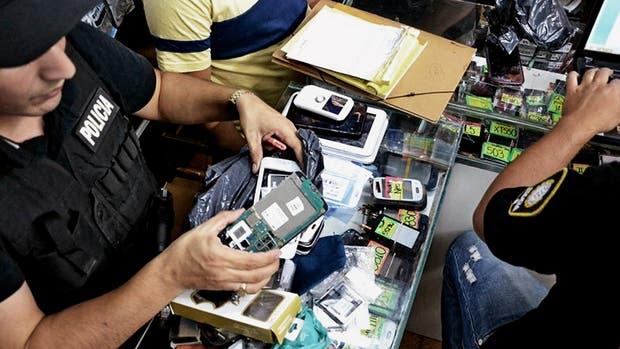 Operativo en una galería de Once, donde vendían aparatos robados