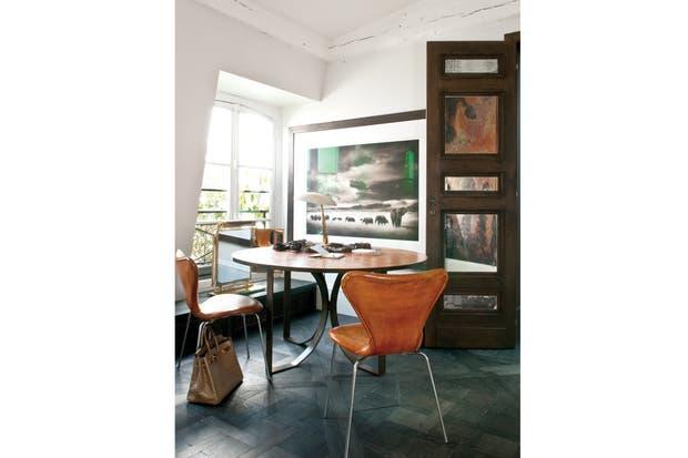 El escritorio ubicado en el tercer piso, con sillas Serie 7 de Jacobsen en cuero, tiene dos vistas fantásticas: al patio central y a la foto en blanco y negro del fotógrafo Nick Brandt..