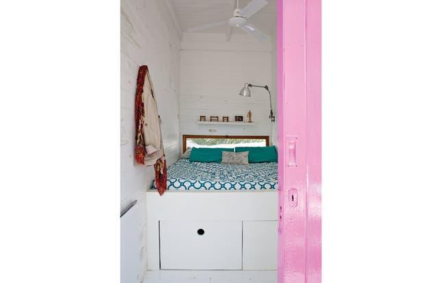 Exactamente simétricos, los dos cuartos tienen ventilador de techo, un paño fijo rectangular que da al frente sobre la cabecera, un estante amurado a modo de repisa/mesita de luz y una lámpara con brazo flexible..