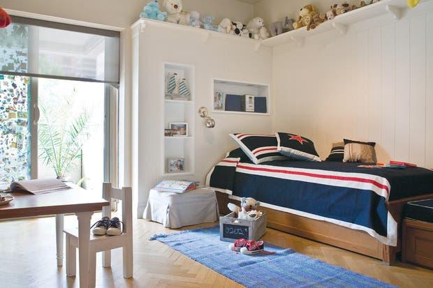 Lo clásico es una apuesta a lo seguro: una cama de madera lustrada que esconde otra debajo. Se puede jugar con la ropa de cama para adaptarla al crecimiento del niño..  /Archivo LIVING.