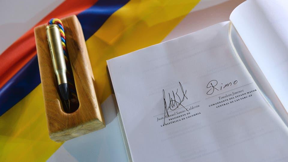 """El documento del acuerdo de paz con las firmas del Presidente de Colombia, Juan Manuel Santos  y del líder de las FARC, Rodrigo Londoño, alias Timoleón """"Timochenko"""" Jiménez, en Cartagena, Colombia el 26 de septiembre de 2016. Foto: Archivo"""