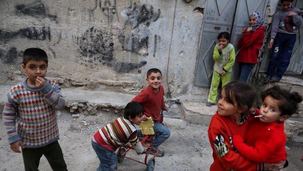 Un grupo de chicos sirios volvió a jugar en las calles de Damasco, ayer
