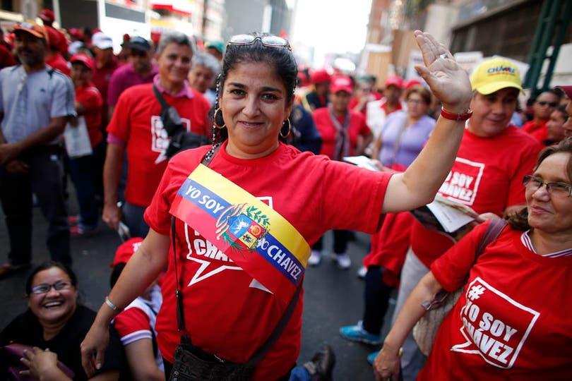 Miles de manifestantes ya se encuentran en la Casa de Gobierno en apoyo a Chávez. Foto: Reuters