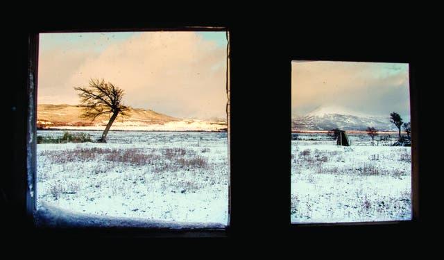 Amanecer en el refugio. Vista desde una casita de esquiladores en la estancia Los Nevados, donde se alojaron los troperos de Tucu Tucu por una noche