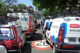 Las camionetas de Cablevisión, en la calle Talcahuano