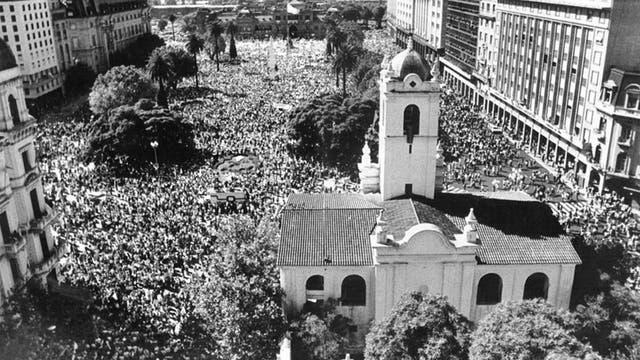 Vista aérea desde detrás del Cabildo de la Plaza de Mayo y avenidas adyacentes colmadas por los manifestantes, el 10 de abril de 1982, durante la guerra de Malvinas