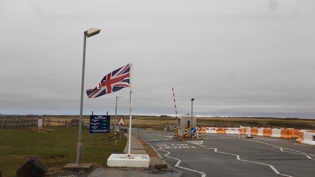 Banderas inglesas en las Malvinas. Foto: Archivo / Rodrigo Néspolo / LA NACION