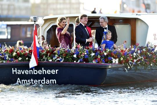 Los reyes de Holanda navegan por el río Ij en una fiesta de música y color. Foto: EFE