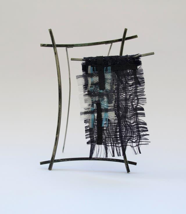Identidad, broche con original trama textil