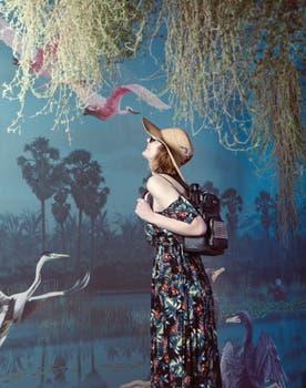 Vestido con hombros descubiertos (Inédita), anteojos de sol (Fleur), capelina (Compañía de Sombreros), mochila de cuero (Blaquè). Foto: Mariana Roveda