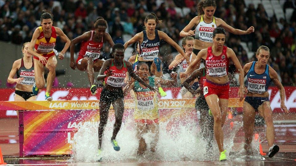 Los atletas eliminan el salto de agua en una prueba de 3000 metros de obstáculos durante el Campeonato Mundial de Atletismo. Foto: AP