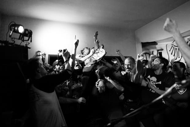 """Die toten hosen en la casa de un fan La banda alemana de punk protagonizó el martes pasado uno de sus clásicos """"fuera de agenda"""" y se presentó en el hogar de uno de sus seguidores en Vicente López; entre el mosh y la camaradería, los músicos hicieron el clásico combo asado, vino y punk"""