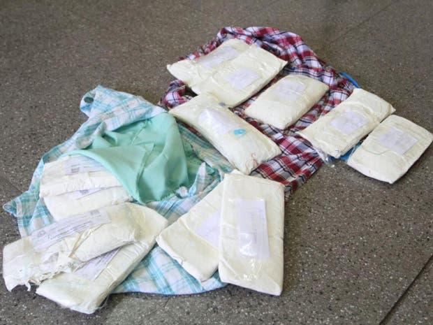 Los pequeños llevaban más de seis kilos de cocaína adosados en chalecos confeccionados para burlar los controles