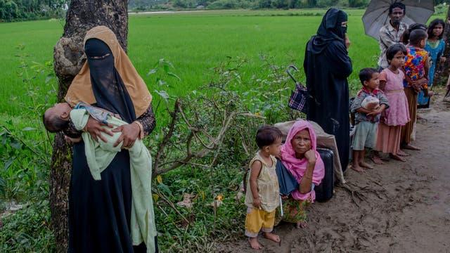 Desde el lado birmano se pueden ver grandes columnas de humo de pueblos rohingya que fueron incendiados en el estado de Rakhine