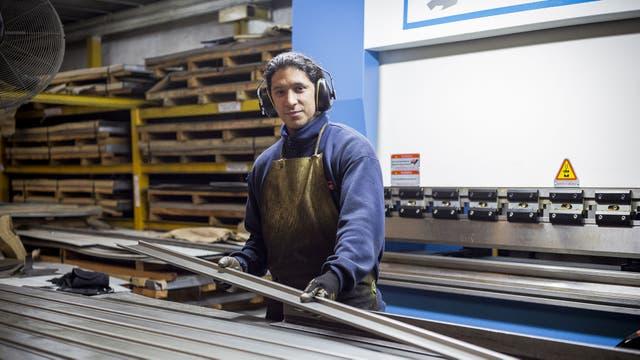 Las distintas clases de acero atraviesan diferentes etapas de producción. La plegadora combina trabajo manual y automatizado