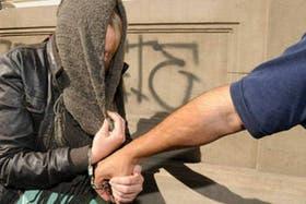 Estefanía Heit, durante el traslado a la fiscalía de Bahía Blanca