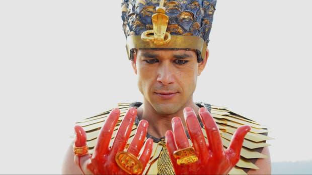 El faraón Ramsés encuentra que las aguas del Nilo se convirtieron en sangre.