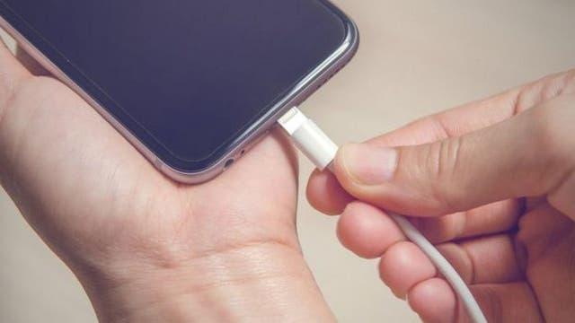 Al conectar el celular a un cargador público enviamos información sobre nuestro teléfono a través del cable