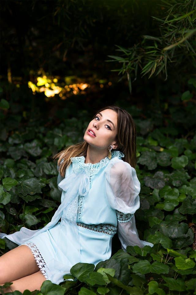 Vestido de seda y gasa con puntilla (Dot store by Laurencio Adot). Aros de acrílico (Fahoma). Locación: Espacio Ramiro Arzuaga