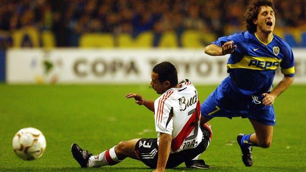 Guillermo Barros Schelotto, Ricardo Rojas de durante su partido de semifinales de la Copa Libertadores en el Estadio Bombonera de Buenos Aires, el jueves 10 de junio de 2004. Foto: AP