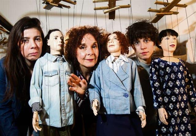 Laura López Moyano, Susana Pampín e Inés Efrón, con sus alter ego marionetas, protagonistas de Arde brillante en los bosques de la noche