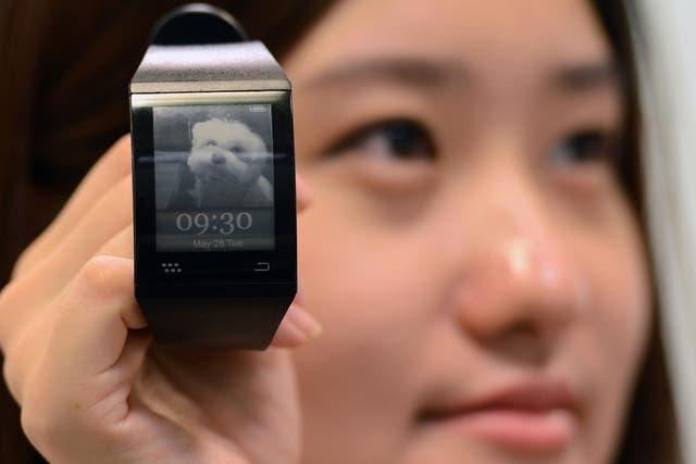 El reloj inteligente de Sonostar, que se vincula con el smartphone y tiene una pantalla de tinta electrónica